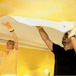 Как клеить потолочные обои